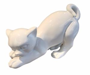 Chat Blanc Achille / Museum by Drimmer